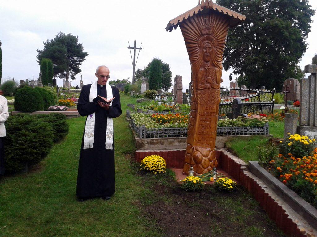 2012 metais pašventinamas pastatytas kaimo kapinėse ąžuolo stogastulpis.